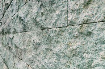 Fassadenverblendungen aus Basaltgestein– Fassadensanierung in Halle, Leipzig und Umgebung